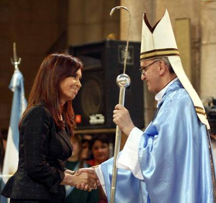 Die argentinische Präsidentin Cristina Fernandez de Kirchner schüttelt dem damaligen Erzbischof Jorge Bergoglio die Hand