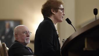 Wurde während ihrer öffentlichen Anhörung im Parlament von US-Präsident Donald Trump auf Twitter attackiert: die frühere US-Botschafterin in Kiew, Marie Yovanovitch.