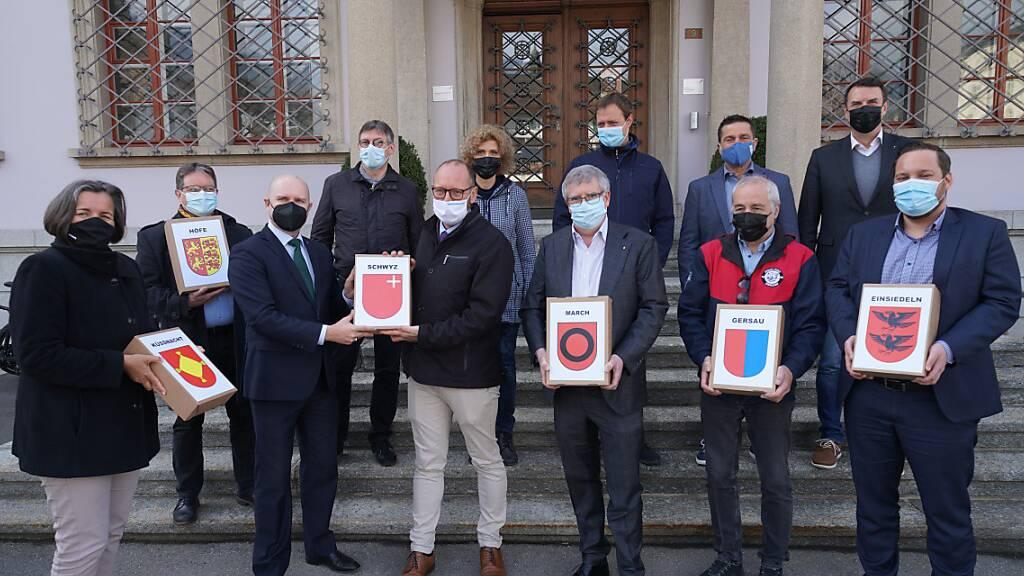Der Schwyzer Staatsschreiber Mathias Brun (dritter von links) nahm am 10. März die Unterschriften für die beiden Schwyzer Mittelschul-Initiativen entgegen.