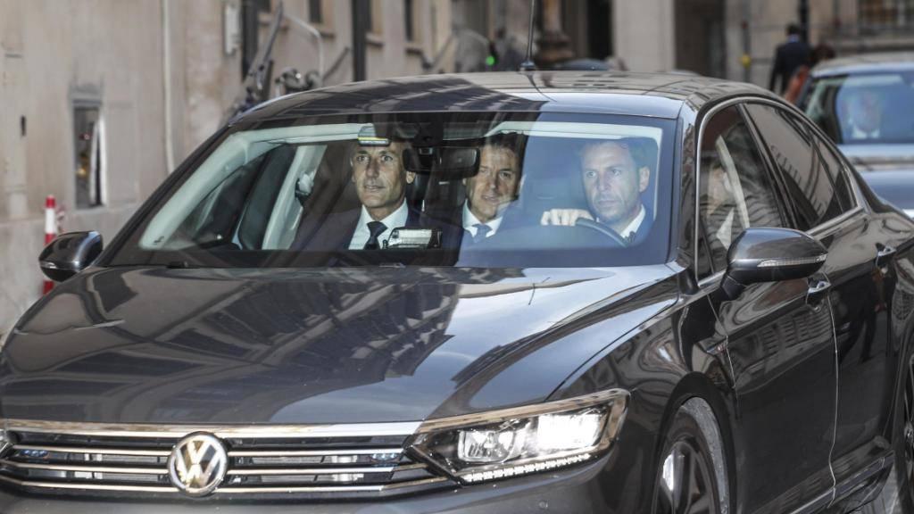 Italiens Premierminister Giuseppe Conte verlässt den Regierungssitz in Rom.