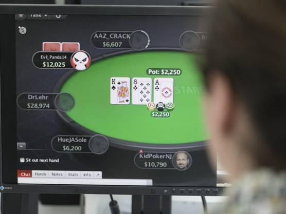 Ein Mann spielt auf der Webseite des ausländischen Glücksspielanbieters Pokerstars Online-Poker. Künftig werden Angebote von ausländischen Anbietern verboten und für Spieler in der Schweiz im Internet gesperrt. Einzig Schweizer Casinos wird das Anbieten von Online-Geldspielen erlaubt sein. (Archiv)
