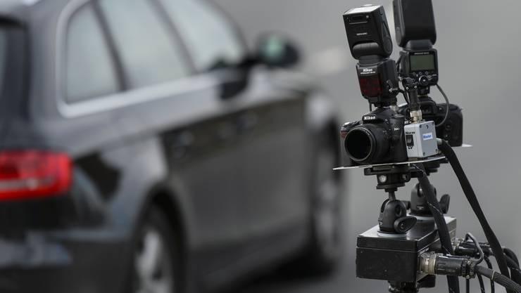 Dieses Modell hat ein separates Radargerät und zwei Kameras sowie Blitzlichter, die die Bilder aufnehmen.