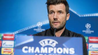 epa06198562 Basel's head coach Raphael Wicky attends a press conference at the Old Trafford Stadium, in Manchester, Britain, 11 September 2017. FC Basel 1893 will face Manchester United in the UEFA Champions League group A soccer match on 12 September 2017. EPA/ANTHONY ANEX