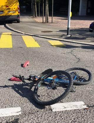 Die Jugendlich wurde vom abbiegenden Lastwagen angefahren und musste mit unbekannten Verletzungen ins Spital gebracht werden.