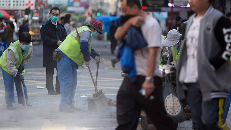 Aufräumarbeiten nach den Krawallen in Hongkong.