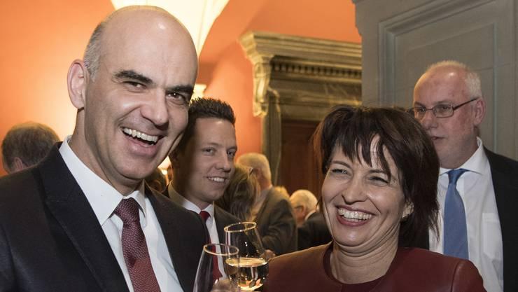 Innenminister Alain Berset gratuliert Umweltministerin Doris Leuthard zu ihrer Wahl als Bundespräsidentin im Dezember 2016.