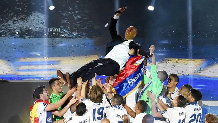 Reals Spieler lassen Trainer Zinédine Zidane bei der Siegesfeier im Bernabéu-Stadion noch einmal hochleben.