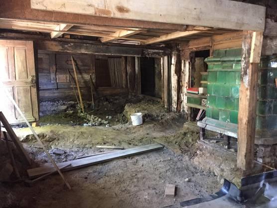 Der Windischer Robert Kühnis kümmert sich um die Sanierung des Dahlihauses in Hausen und präsentiert den Fortschritt der Bauarbeiten.