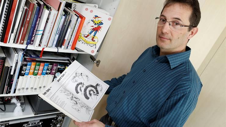 Marco Caviolas magischer Schrank ist voller Geheimnisse: Mit vielen Büchern hat der Zauberer sein theoretisches Wissen erarbeitet.