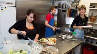 Yasemin, Etienne und Susanne Steimer in der Küche.