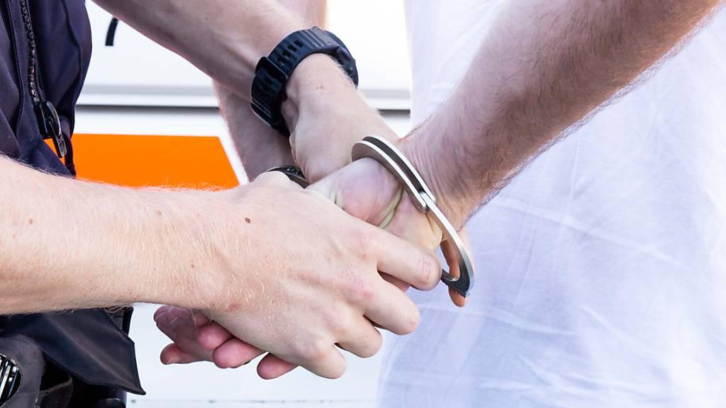 Polizei erwischt Enkeltrickbetrüger in flagranti