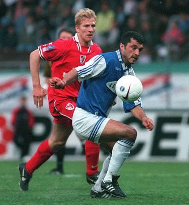 Am Anfang seiner langen Profi-Karriere: Stéphane Grichting 1998, dazumals noch im Siondress gegen GC.