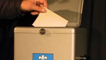 Einige Bürger warfen mehrere Wahlzettel in die Dietiker Urne.