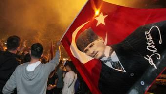 Protestierende in Ankara mit Bild von Staatsgründer Kemal Atatürk
