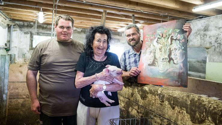 Im Schweinestall von Vater Kaspar Hofer (rechts, mit dem Erni-Bild) und Sohn Balthasar: Doris Erni, die Witwe von Hans Erni, versteigert ein Bild des berühmten Luzerner Kunstmalers.