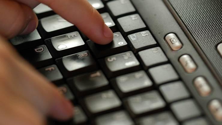 Ein falscher Klick am Computer kann reichen, um Schadsoftware zu installieren und grossen Schaden anzurichten.