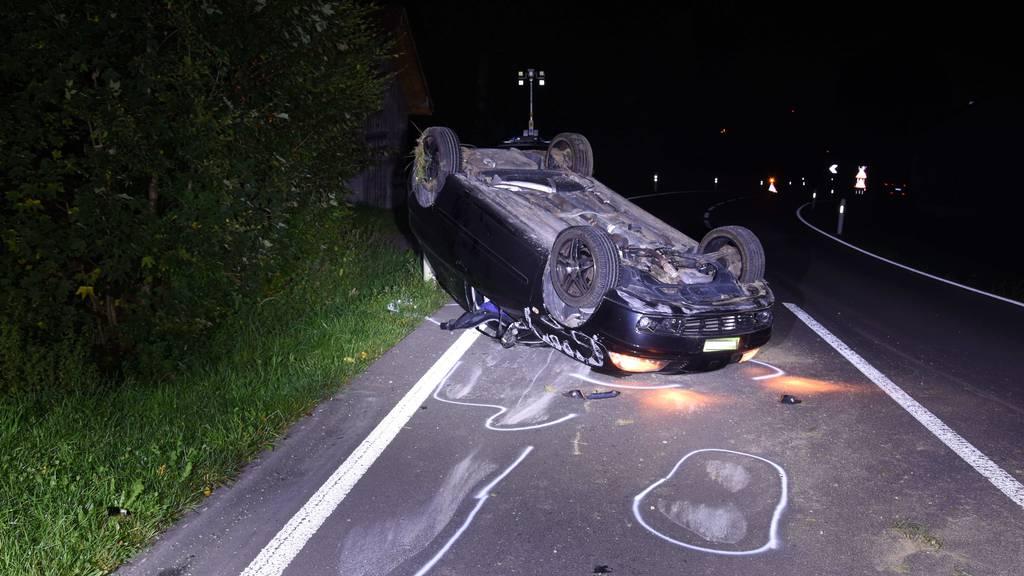 Auto von 23-Jähriger kommt von Strasse ab und kippt auf Dach