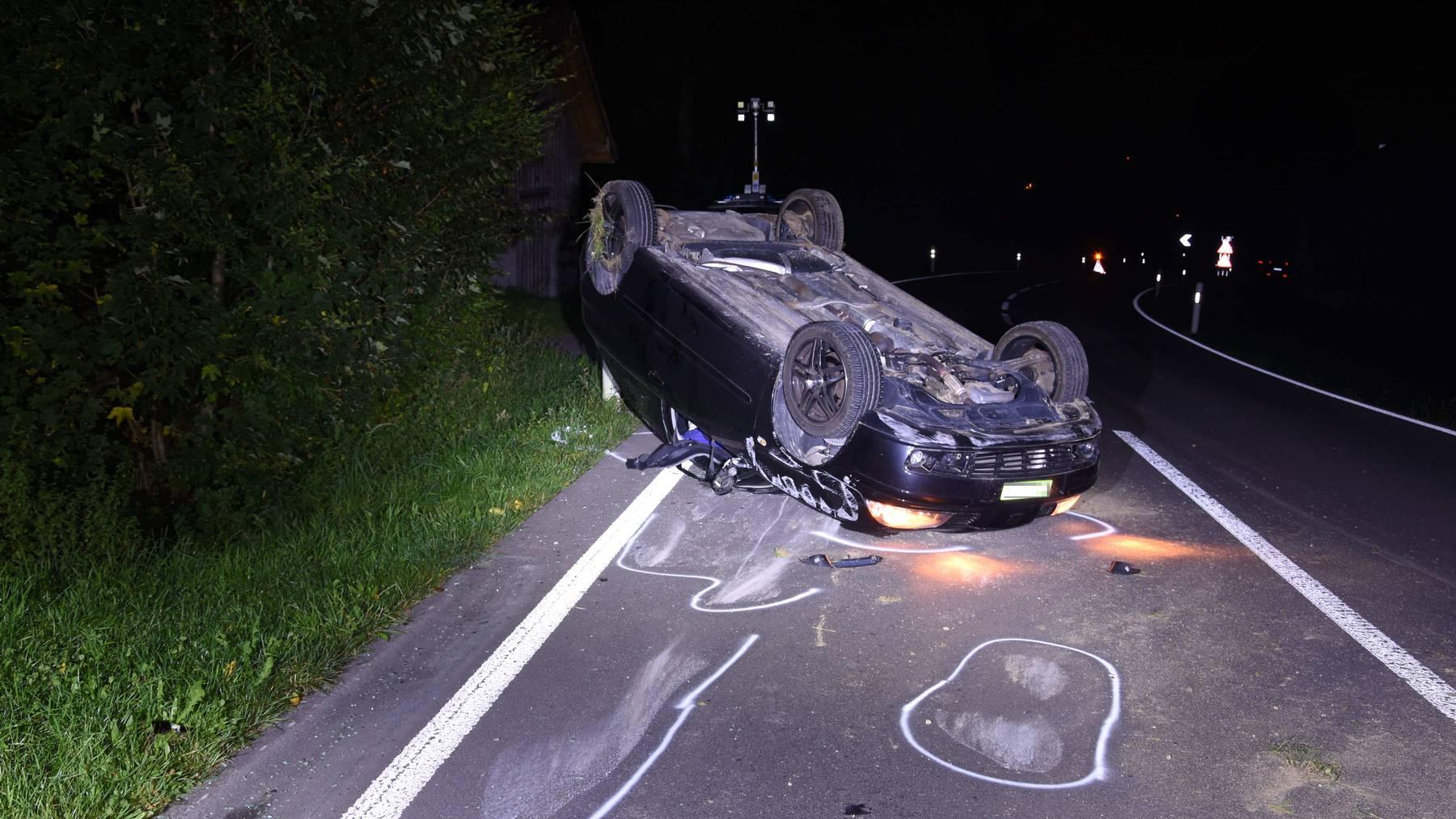 Das Auto kam von der Fahrbahn ab und kippte auf das Dach.