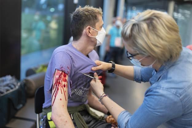 Die Versorgung eines Verletzten. Alle Beteiligten der Übung trugen für die gesamte Dauer des Unterfangens eine Maske.