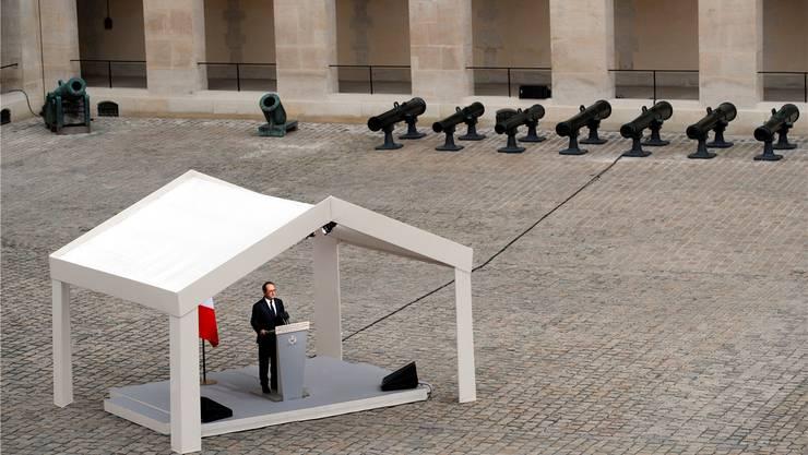 Präsident François Hollande sprach gestern in Calais in einem Zelt – aber in ein Flüchtlingszelt wagte er sich nicht. Christophe Ena/keystone