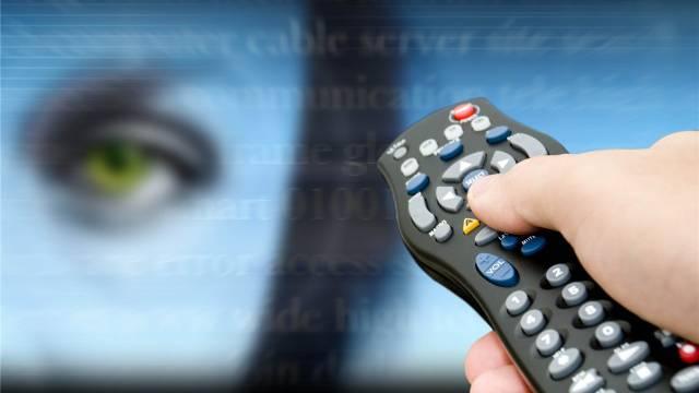 Die Fernbedienung als multimediale Schaltzentrale: Interaktives Fernsehen mit HbbTV. Foto: AZ