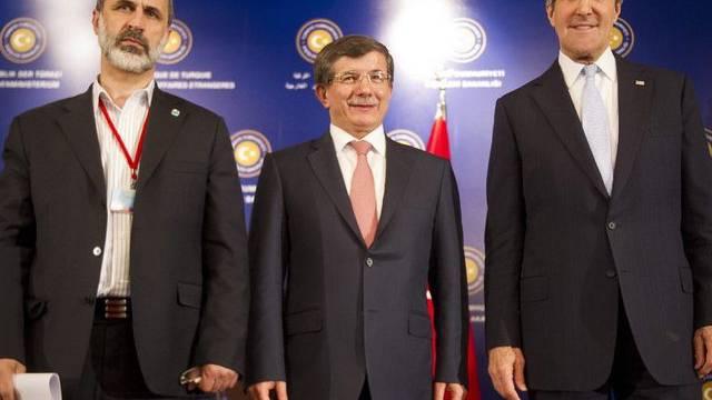 Al-Chatib, Davutoglu und Kerry bei einer gemeinsamen Pressekonferenz