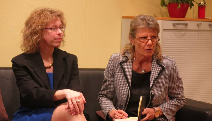 Marion, rechts, unterstützt Witwe Theresia