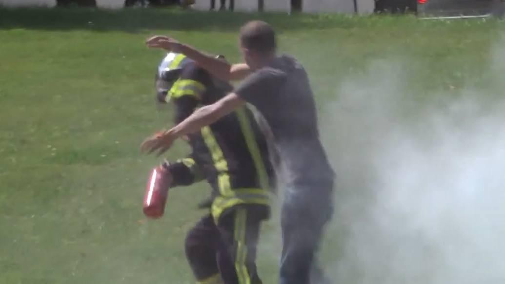 Sein neuester Streich: Rémi Gaillard als Feuerwehrmann.