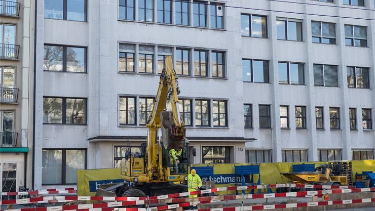 Ein Graben vor und in der Schule: das KV Basel. Kenneth Nars