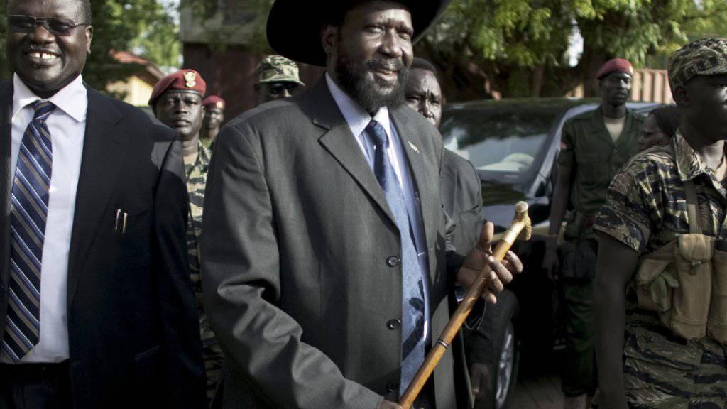 Mehrere Jahre lang war Machar (l.) Vizepräsident des Südsudans. im Juli 2013 kam es dann zum Bruch mit Kiir (M.). Nach einem gescheiterten Putschversuch im Dezember brach der bewaffnete Konflikt zwischen den beiden um die Macht im Land aus. (Archiv)