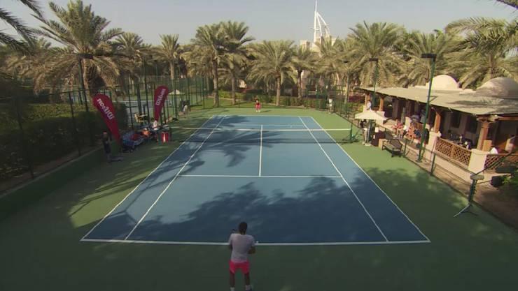 Roger Federer beim harten Training in der Sonne von Dubai