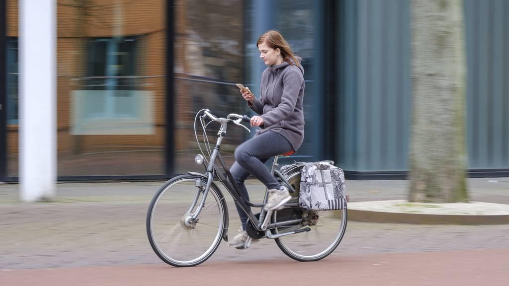 Handys beim Velofahren bald verboten