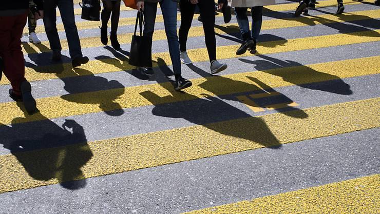 Fussgängerinnen und Fussgänger sind die einzigen Verkehrsteilnehmer, bei denen externer Gesundheitsnutzen die ungedeckten Kosten übersteigt. (Symbolbild)