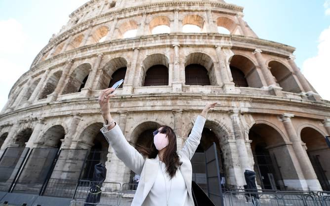 Selfie mit Gesichtsmaske: Eine Rom-Touristin vor dem Kolosseum.