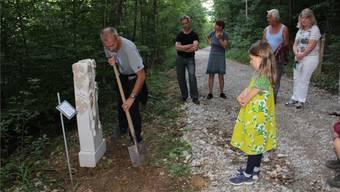 Künstler Rolf Wyss setzt seine Skulptur am Wegrand. Carolin Frei