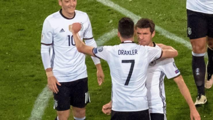 Julian Draxler bejubelt sein 1:0 mit Meust Özil (10) und Thomas Müller (13)