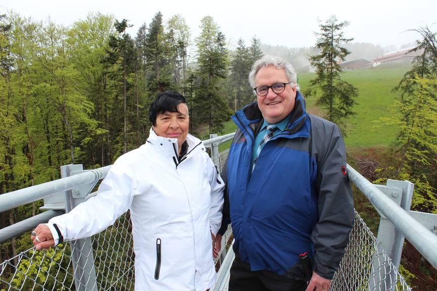 Die Gemeindepräsidentin von Grub, Katharina Zwicker und Roger Hochreutener, Gemeindepräsident von Eggersriet, freuen sich über die Einweihung der Brücke (Bild:FM1Today/Fabienne Engbers)