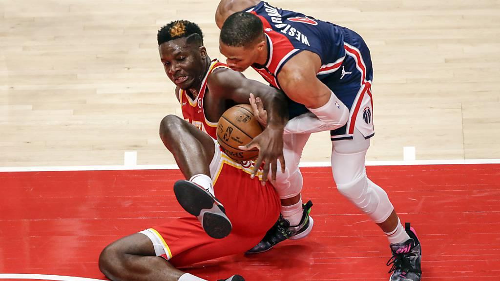 Kein Vorbeikommen: Clint Capela nimmt seinem ehemaligen Teamkollegen Russell Westbrook den Ball ab