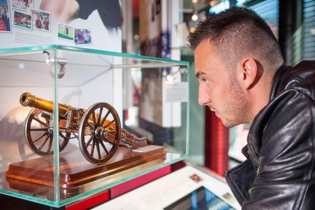 Joip Drmic, der Bomber von Nürnberg, bestaunt die Toschützen-Kanone im Club-Museum in Nürnberg. Die Kanone geht an den besten Schützen der Saison.