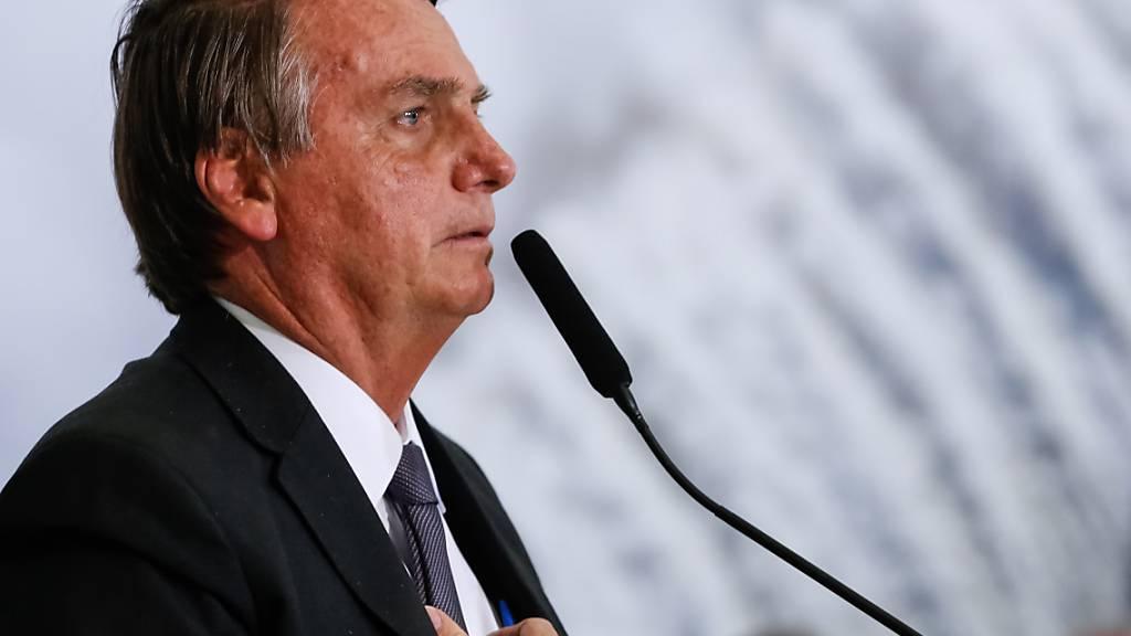 HANDOUT - Der brasilianische Präsident Jair Bolsonaro befindet sich mit Verdacht auf Darmverschluss weiterhin in einem Krankenhaus in São Paulo. Laut offiziellen Angaben habe sich jedoch der Zustand Bolsonaros verbessert. Bolsonaro entwickle sich in zufriedenstellender Form, hieß es in einer Pressemitteilung. Foto: Alan Santos/Palacio Planalto/dpa - ACHTUNG: Nur zur redaktionellen Verwendung und nur mit vollständiger Nennung des vorstehenden Credits