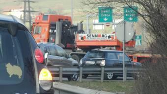 Beim Autobahnzubringer in Frick blieb der Schwertransport einige Zeit stehen und blockierte die Strasse. – Foto: chr