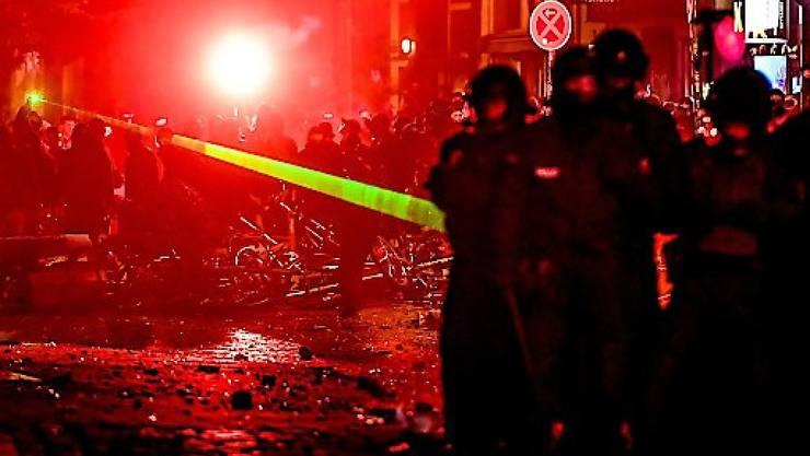 Die Staatsanwaltschaft hat nach den Ausschreitungen gegen den G20-Gipfel in Hamburg in 51 Fällen Untersuchungshaft angeordnet. (Archivbild)