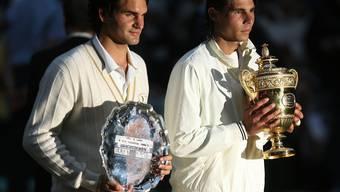Roger Federer und Rafael Nadal nach dem Wimbledon-Final 2008.