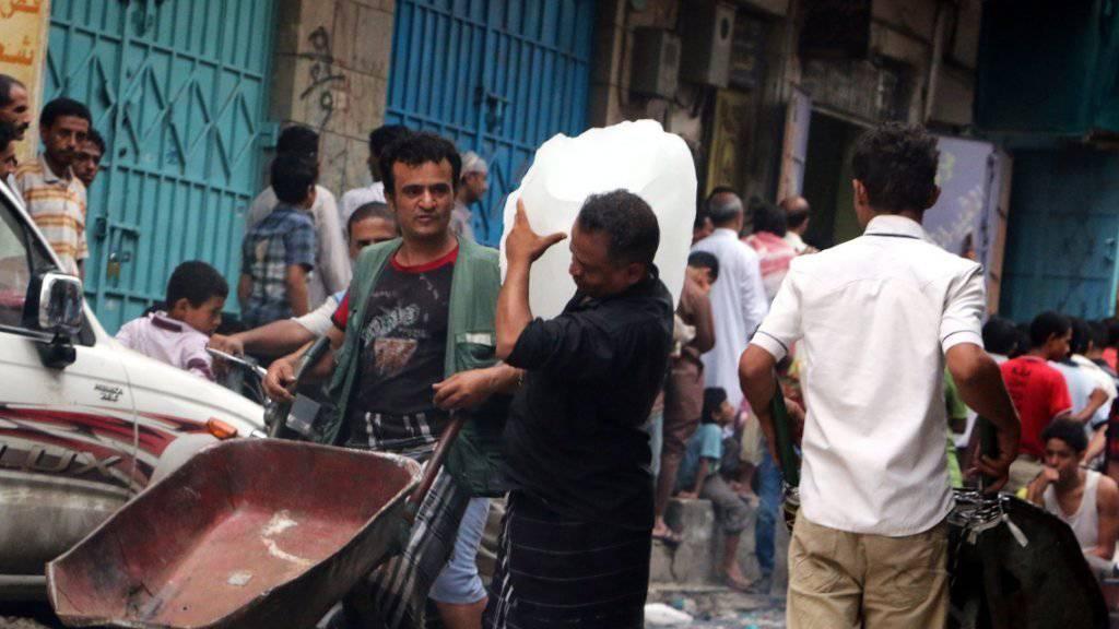 Jemeniten stehen an, um Nahrungsmittel und Wasser zu erhalten in der Stadt Taiz.
