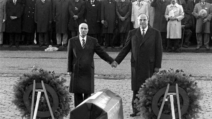 22. September 1984 – der historische Händedruck zwischen François Mitterrand und Helmut Kohl in Verdun. keystone