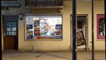 Gilt als Kiosk, nicht als Geschäft: Ein neuer, abends bis 22 Uhr geöffneter Betrieb in der Solothurner Vorstadt. Verkauft werden Alkohol, Tabak und Riegel.