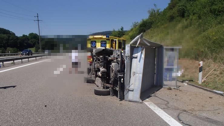 Lieferwagen kippt auf Autobahn zur Seite – Beifahrer verletzt