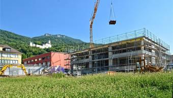 Der dreigeschossige Erweiterungsbau des im Hintergrund sichtbaren Schulhauses Oberdorf hat seine geplante Höhe erreicht.