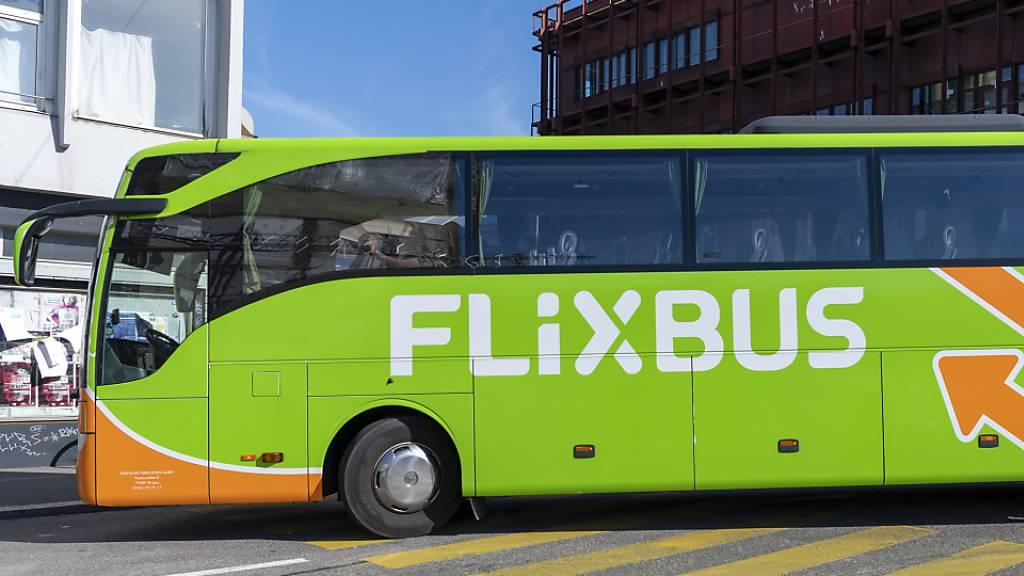 Wegen der Corona-Beschränkungen stellen die Fernbusse von Flixbus ihren Betrieb vorübergehend ein. (Archivbild)