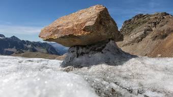 Der Hitzesommer 2015 liess den Silvrettagletscher derart rasch abschmelzen, dass sich zahlreiche Gletschertische gebildet haben. (Bild vom 26. August 2015)